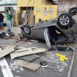 Perseguição policial em Fortaleza termina em capotamento e policial ferido