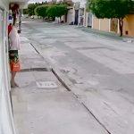 Homem furta câmera de residencia mesmo sendo filmado pelo equipamento