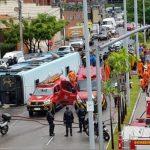 Ônibus tomba deixando 30 passageiros com fratura exposta e luxações pelo corpo